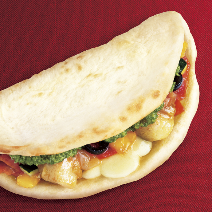 カルツォーネ 彩り野菜とチキンのマルゲリータ